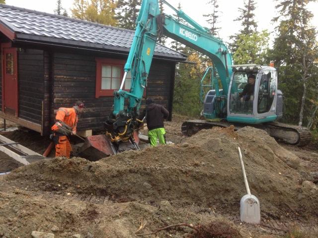 Gräver och gjuter ny grund under gäststuga i Ottsjö.